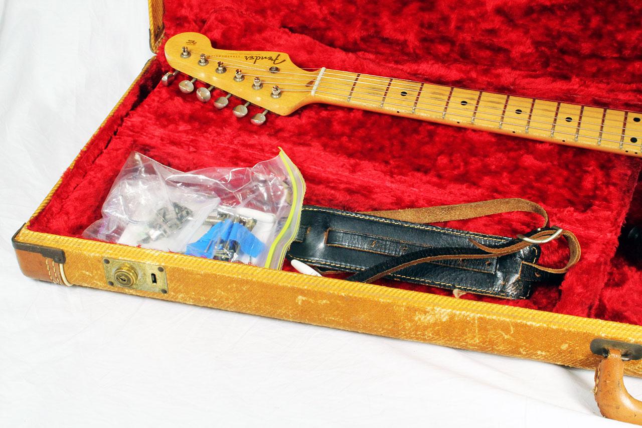 Fender_strat_1956_cons_case_contents_1
