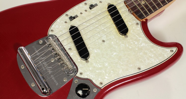 Fender-Mustang-Dakota-Red-1966-pickguard